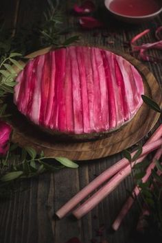 A perfectly pink rhubarb cheesecake which is both vegan and gluten free. Vegan Cheesecake, Cheesecake Recipes, Dessert Recipes, Vegan Recipes, Cooking Recipes, Rhubarb Recipes Gluten Free, Naked Cakes, Vegan Gluten Free, Quiche