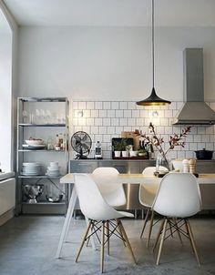 Cementen dekvloer en witte tegel: open keuken met industriële uitstraling en vitra stoeltjes
