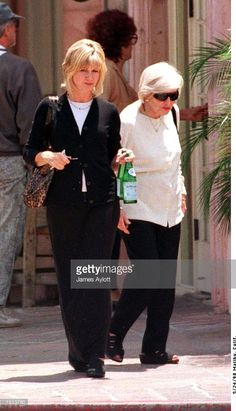 malibu-calif-olivia-newton-john-goes-shopping-with-her-elderly-mother-picture-id1513780 (587×1024)