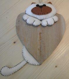 Gattino con cuore legno