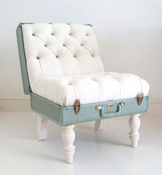 Suitcase chair included in these 20 DIY Vintage Suitcase Projects and Repurposed Suitcases. Create unique home decor using repurposed old suitcases! Recycled Furniture, Diy Furniture, Vintage Furniture, Modern Furniture, Furniture Projects, Refurbished Furniture, Furniture Showroom, Furniture Design, Furniture Plans
