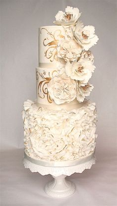 White and gold ruffle cake with sugar flowers Beautiful Wedding Cakes, Gorgeous Cakes, Pretty Cakes, Amazing Cakes, Unique Cakes, Elegant Cakes, Ruffle Cake, Wedding Cake Inspiration, Wedding Cake Designs