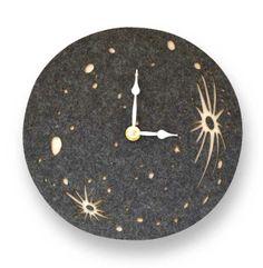 壁にぽっかりと浮かぶ、お月様。 静かに、刻々と時を刻む掛け時計で、クリエイティブな宇宙空間に。moon