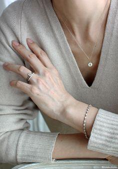 ダイヤモンドはいつの日も女性の心ときめかせてくれるもの。シンプルで飽きのこないダイヤモンドジュエリーを肌の一部のようにデイリーに身につけて、楽しみながら一... Look Fashion, Daily Fashion, Womens Fashion, Chanel Jewelry, Fashion Jewelry, Girly Images, Ways To Wear A Scarf, Cute Bracelets, Nail Accessories