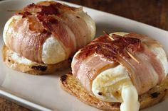 Provati, voto: 10! Tomini caldi al bacon - INGREDIENTI: 1 cucchiaio d'olio, 8 fette di pancetta, 4 fette di pane a cassetta, 4 tomini