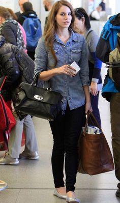 Lana Del Rey foi clicada com legging, camisa jeans e sapatilhas prateadas. O detalhe fica por conta da bolsa da grife Mulberry, que leva o nome da cantora. Poderosa!