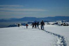 Caminhada na neve nos Andes saindo de #Santiago: você verá excelentes vistas da montanha e alguns glaciares no horizonte enquanto segue por uma estrada sinuosa #melhorestours #viatorbr