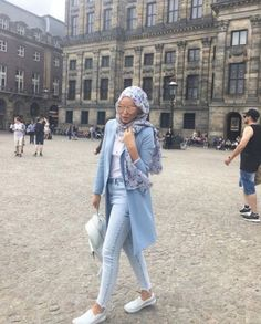 Hijab with white sneakers-Modern and fashionable hijab outfits – Just Trendy Girls Street Hijab Fashion, Denim Fashion, Fashion Outfits, Ootd Fashion, Hijabs, Hijab Style Tutorial, Modele Hijab, Hijab Trends, Muslim Women Fashion