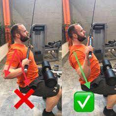 Links wandert der Ellenbogen bzw. der Arm beim Herunterziehen nach hinten. Weiterhin wird die Stange zu weit nach unten gezogen. Rechts die optimale Ausführung, der Arm und der Ellenbogen sind in einer Linie mit dem Oberkörper, dadurch ist eine optimale Stimulation des Latissimus möglich. Die Stange nur so weit runterziehen, wie es die Mobilität in der Schulter zulässt. Sollten die Ellenbogen nach hinten wandern, dann ziehst du zu tief.