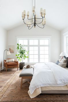 Home Interior Loft Large bedroom with classic design style and beautiful rug Master Bedroom Design, Dream Bedroom, Home Bedroom, Light Master Bedroom, Bedroom Interior Design, Bedroom Ideas, Bedroom Rugs, Bedroom Wallpaper, Master Suite