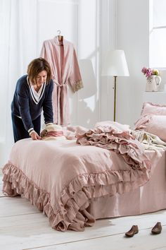 Shabby Chic linen ruffled duvet cover with 3 rows ruffles. Old rose duvet. Softened and washed linen bedding. Grey Duvet, Linen Duvet, Queen Size Bedding, Bedding Sets, Shabby Chic Duvet, Camas Queen Size, Neutral Bed Linen, Fine Linens, Bed Sheets