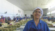 En Tarifa hay una curiosa fábrica de conservas, la conservera de Tarifa, que elabora hasta cuatro marcas de conservas, todas ellas míticas: La Tarifeña, Piñero y Díaz, Marina Real y Virgen del Carmen. Las manos de las mujeres que limpian y envasan el pescado, siguen siendo el alma de este producto. La historia, hoy en el reportaje de domingo de Cosasdecome. http://www.cosasdecome.es/reportajes/conservas-con-corazon/#.U4rvKShqM6A