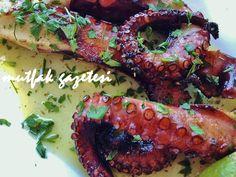 Ahtapot salatası tarifi  Ahtapot, Akdeniz ülkelerinin hemen hepsinde güveç, salata, kızartma ve turşusu gibi farklı biçimlerde hazırlanarak tüketilir. Etinin çok lezzetli olmasından dolayı meraklıları tarafından çok sevilir. Hazırlanmadan önce uzun süre sert bir zemine çarpmak suretiyle dövülmesi çok sert olan kol (veya bacak) liflerinin yumuşaması içindir.   Sosunu hazırlarken limon suyu yerine balsamik sirke de kullanabilirsiniz.