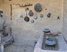 Cozinha reconstruída em Pompeia | Autoridades arqueológicas italianas montaram de volta uma cozinha romana nas ruínas de Pompeia. Foram colocados no devido lugar grelhas, panelas de barro, utensílios e até frigideiras nas paredes. A cozinha ficava numa grande lavanderia de três andares, onde os nobres lavavam suas roupas. Era uma espécie de praça de alimentação.