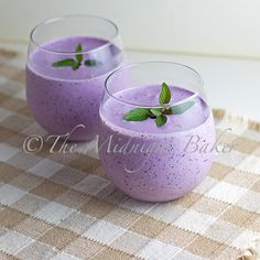 Blueberry Creme Smoothie 1 cup Greek yogurt cup milk 1 cup frozen or fresh blueberries 1 tsp flaxseed oil (optional) cup sugar, honey, agave, stevia Juice Smoothie, Smoothie Drinks, Healthy Smoothies, Healthy Drinks, Smoothie Recipes, Healthy Snacks, Healthy Recipes, Vegetable Smoothies, Nutribullet Recipes