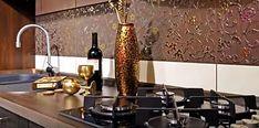 При ремонте и обустройстве кухни особое внимание необходимо уделить рабочей зоне, стена возле которой должна быть надежно защищена от влаги, различных загрязнений и агрессивного воздействия пара и высокой температуры. Для этого придется выбрать один из вариантов кухонного фартука. Большинство людей по-прежнему отдают предпочтение фартукам из керамической плитки, это тем более актуально, когда и сама кухня отделана кафелем. Так называемые фальш-панели пользуются меньшим спросом.