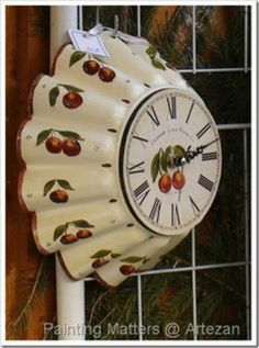 A cake tin has been hand painted and turned into a clock! This was for sale at a Christmas market at Lille, France. Clock Craft, Diy Clock, Wood Crafts, Diy And Crafts, Arts And Crafts, Tole Painting, Painting On Wood, Lille Christmas Market, Unusual Clocks