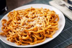 Tagliatelle with tomato sauce and pesto Sauce Recipes, Pasta Recipes, Cooking Recipes, Italian Truffles, Artisan Food, Linguine, Caramelized Onions, Kitchens