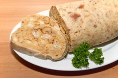 Serviettenknödel passen hervorragend zu Gulasch und andere traditionellen Speisen. Mit diesem Rezept gelingt auch dir ein leckerer Servietenknödel.