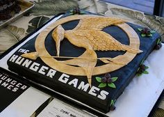 Hunger Games cake, complete with nightlock berries! (same post has lots of other bookish cakes) Hunger Games Cake, Hunger Games Party, Hunger Games Catching Fire, Hunger Games Trilogy, Game Party, Tribute Von Panem, Images Kawaii, Cupcakes, The Hunger Games