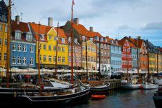 デンマークと聞いたとき、まず頭に思い浮かべるのはなんですか?コペンハーゲンの街並み?それとも、おしゃれな北欧文化でしょうか。スイスやアイスランドに並び、「幸せな国」と称されるデンマーク。意外と知られていない、その魅力についてご紹介します。