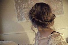 左右でねじった髪をうしろでクロスさせたアップスタイルです。 後頭部をふんわりさせるのがポイントです。