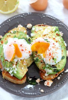 Perfect Sous Vide Eggs with Avocado Toast is perfect for a brunch gathering. Let your precision cooker do the work and make a fun avocado toast bar for your friends to assemble their own. Sous Vide Recipes Eggs, Cooking Recipes, Gf Recipes, Oven Recipes, Veggie Recipes, Avocado Toast, Sous Vide Pork Chops, Flat Iron Steak, Sous Vide Cooking