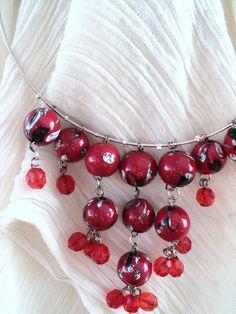 Collier en perles en porcelaine rouge et blanche et torque en métal argenté