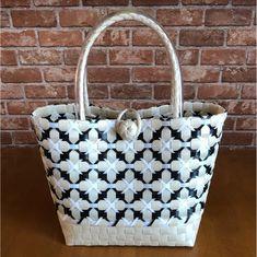 ご注文を頂いてから製作させて頂きますので発送までに1週間前後かかります。ppバンドで作ったハンドメイドバッグです。とても頑丈で水をはじきます(^^)持ち手 ビニール仕上げ☆ size (M) 底横22.5㎝ 底マチ14.5㎝ 縦 22㎝... Basket Weaving Patterns, Plastic Baskets, Craft Bags, Basket Bag, Weaving Art, Woven Fabric, Valentine Gifts, Printing On Fabric, Straw Bag