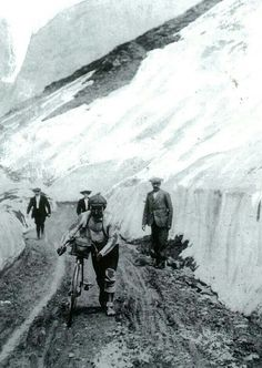 Léon Georget climbing the Galibier in the 1909 Tour de France. The photo comes from L'Equipe's Tour de France, 100 ans I rode up this road last August! Cycling Art, Cycling News, Road Cycling, Cycling Bikes, Vintage Cycles, Vintage Bikes, Vintage Racing, Photo Velo, Bike Photo