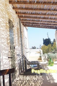 Luxus Ferienhäuser mit Pool buchen: in Apulien im Itria-Tal. #Luxus #Luxusferienhaus #Luxusferien #Italienurlaub Bungalows, Villa, Pergola, Outdoor Structures, Round House, Romantic Vacations, Vacation Resorts, Europe Travel Tips, Family Vacations
