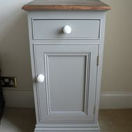 Shabby Chic Bedside Cabinet Pot Cupboard painted in Annie Sloan French Linen - idea for upcycling old pine Annie Sloan Painted Furniture, Annie Sloan Paints, Chalk Paint Furniture, Shabby Chic Bedrooms, Shabby Chic Homes, Shabby Chic Decor, Upcycled Furniture, Shabby Chic Furniture, Vintage Furniture