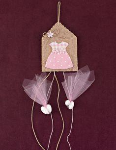 www.mpomponieres.gr Κρεμαστή μπομπονιέρα βάπτισης από ετικέτα λινάτσας με θέμα φόρεμα σε ροζ αποχρώσεις και διακοσμητικά λουλουδάκια μίνι και τα κουφέτα κρεμαστά σε δύο ροζ τούλια. Τα χρώματα κατόπιν συννενοήσης μαζί μας μπορούν να προσαρμοστούν κατά την αρέσκειά σας. #mpomponieres #bomboniere #baptism #vaptisi #bonbonieres #μπομπονιερες #βαπτισης http://www.mpomponieres.gr/mpomponieres-vaptisis/mpomponiera-vaptisis-kremasti-etiketa-me-forema.html