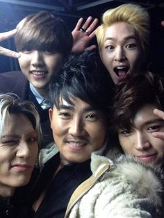 Legendary singer Lee Seung Chul snaps a photo with Onew, Sandeul, Hyunseung, and Woohyun