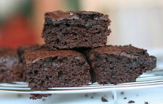If you're craving brownies, but want to watch your figure, try out these low carb brownies! This recipe should taste great and keep you in shape! Brownie Recipes, Low Carb Recipes, Snack Recipes, Dessert Recipes, Cooking Recipes, Atkins Recipes, Free Recipes, Fudge Brownies, Chocolate Brownies