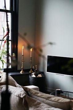 Door gouden details en kleurrijke bloemen toe te voegen aan je donkere interieur, zorg je voor een sfeervol geheel. | Fotografie: Lotte Wullems | Styling Margriet Kok | Dark interior | #inspiration #kleuren | Eigen Huis & Tuin