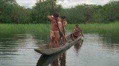 pesca desde canoa, en rio amazonas