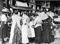 1908 Gezicht op markttafereel op de Goudsesingel. Meisje links: Maartje van Gelderen, 3e van links: Pietertje van Gelderen-Munter (moeder van Maartje), 6e van links (met mandje): Aaltje Munter-Snijder (moeder van Pietertje)