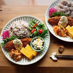 いいね!3,227件、コメント27件 ― kotoriさん(@kotori_0108)のInstagramアカウント: 「2018.2.13 きょうは夫と長男、ふたりとも置きごはん 今更ながらマイブーム(笑)の十六穀ごはんと、白身魚のフライ⠒̫⃝⠒̫⃝⠒̫⃝ * 昨日朝起きると雪❄が積もっていて…」 Healthy Meal Prep, Healthy Eating, Asian Recipes, Healthy Recipes, Plate Lunch, Breakfast Lunch Dinner, Asian Cooking, Food Menu, Food Presentation