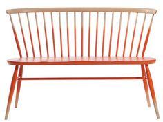 Bank Love Seat / L 117 cm - Neuauflage des Originals von 1955, Farbverlauf in Mandarintönen / holzfarben von Ercol finden Sie bei Made In Design, Ihrem Online Shop für Designermöbel, Leuchten und Dekoration.