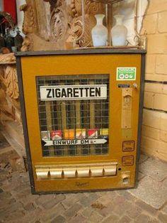 Die .Zigarettenautomaten hingen früher in jeder Strasse und an jeder Ecke.  Lang, lang ist's her.