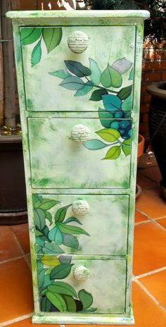 Les meubles Funky Shed Funky Painted Furniture, Refurbished Furniture, Repurposed Furniture, Furniture Fix, Furniture Projects, Furniture Makeover, Decoupage Wood, Decoupage Furniture, Shabby Chic Crafts