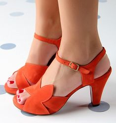 Chie Mihara shoes, sandals, blocs and boots. Buy now original, feminine footwear. Designer shoes of maximum comfort! Pumps, Shoes Heels Wedges, Shoes Sandals, Aldo Shoes, Pretty Shoes, Beautiful Shoes, Wedge Boots, Shoe Boots, 1940s Shoes
