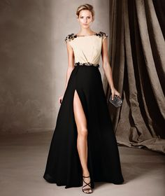 CLARA è un abito lungo, dalla linea svasata, confezionato in georgette, tulle e particolari in strass, della collezione Cerimonia di Pronovias.