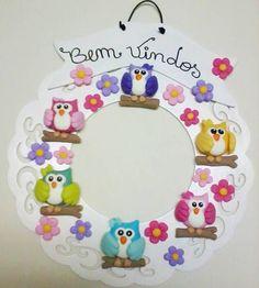 """Guirlanda """" Bem Vindos """" ,em MDF cortado à laser e pintura com esmalte sintetico e com aplicação de Corujinhas e florzinhas de biscuit em várias cores com diâmetro de 28 cm. R$ 80,00"""