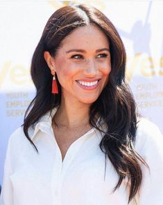 Meghan Markle has worn the Emma Skinny Low Rise Jeans so many times that they sold out. Now they're back in stock and you can shop them here. Estilo Meghan Markle, Meghan Markle Stil, The Suits, Royal Hairstyles, Wedding Hairstyles, Royal Albert Hall, Pink Bodycon Dresses, Prinz Harry, Princess Meghan