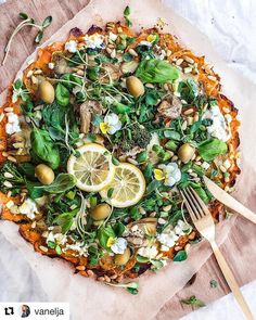 @vanelja 💜 ・・・ Green Goddess Pizza w/ Sweet Potato Crust 💫 Tag a friend who'd like this! And yes, sometimes Vanelja makes real food too! 😜 Though someone could question is pizza even real food. And someone could also question is this even pizza, when there's no real crust, only sweet potato slices as the base and greens on top. Well, you know what, who cares what some might say, for me this is very much a pizza and as real food as food can be! 😁✊🏽💛✨ The recipe has been on my site quite…