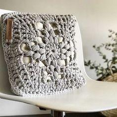 Love Crochet, Crochet Granny, Crochet Yarn, Crochet Clutch, Crochet Cushions, Crochet Needles, Crochet Home Decor, Knitted Bags, Clutch Bag