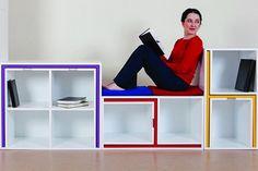 sillas y mesas en una estanterïa