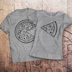 Pizza t shirt / piece of pizza / couple shirts / matching couple shirts / couples shirts / his and hers shirts / couple / pärchen t-shirts Cute Couple Shirts, Couple Tees, Matching Couple Shirts, Matching Couples, Cute Couples, T Shirt Couple, Friend Outfits, Couple Outfits, Couple Clothes